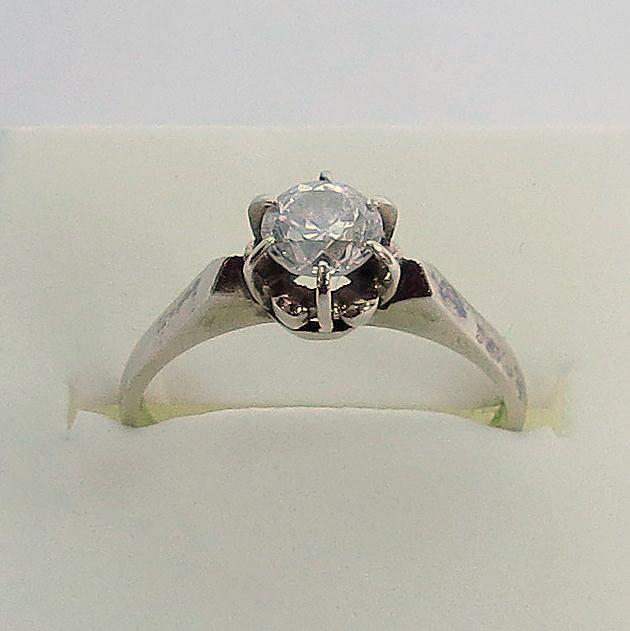 טבעת זהב 18K, משובצת ביהלום כ-60 נק', 3.3 גרם, מידה 8