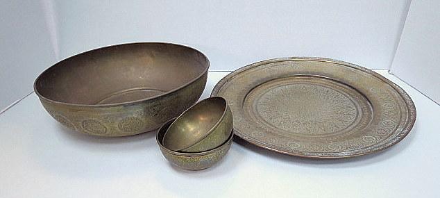 סט כלי פליז רקועים, איספהאן פרס, כולל: מגש, קערה גדולה, וזוג קעריות, המאה ה-19