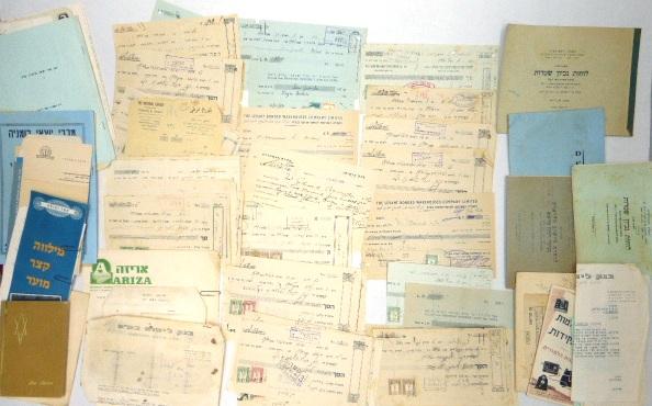"""לוט שטרות חוב, תעודות ומסמכי בנק, ארץ ישראל, שנות ה30-40, כולל אוגדן לסידורם ו""""לוח נכיון שטרות"""""""