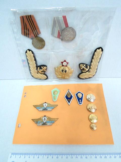 לוט אותות, דרגות וסמלי צבא ברית המועצות: 3 דרגות חיל הים, 2 אותות, 2 סמלי חיל שריון, 3 דרגות יצוג, ו-4 כפתורים