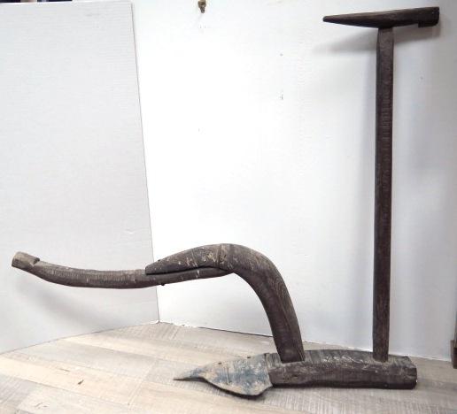 מחרשה עתיקה עשויה עץ ולהב ברזל אחד, ארץ ישראל, המאה ה19