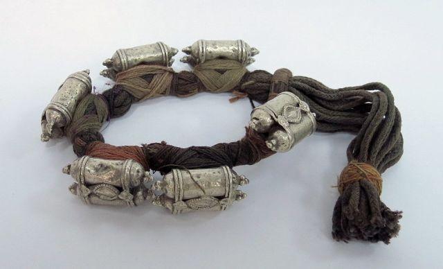 צמיד הודי יהודי, עשוי חוטים וקופסאות קמע, קוטשון, המאה ה19