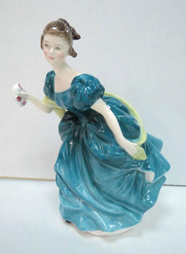 """פיגורת פורצלן תוצ Royal Doulton אנגליה, Raphsody (אישה בשמלת נשף), גובה 18.5 ס""""מ"""