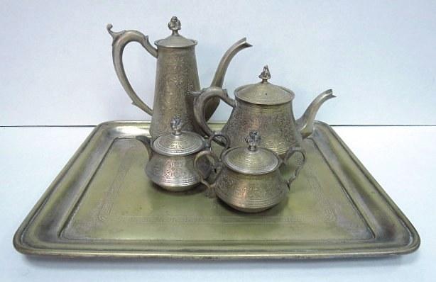 מע' לתה עשויה פליז, כולל: מגש, כלי תה מים חמים, קנקן חלב וכלי סוכר