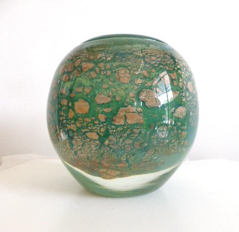 """אגרטל זכוכית, גוון ירוק עם עלי זהב, חתום 1987, גובה 19 ס""""מ"""