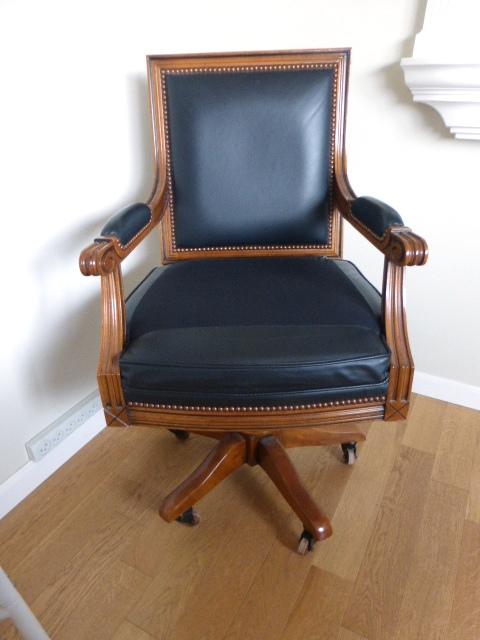 כסא משרדי מעץ ועור על גלגיליות