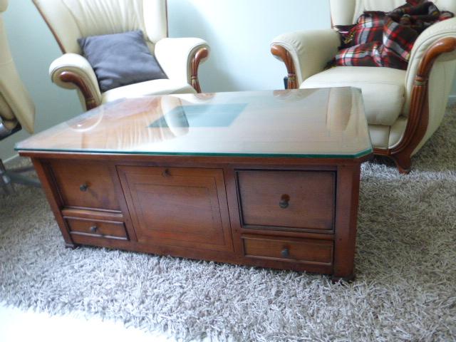שולחן סלוני-שידה, 4+4 מגירות וזוג תאים, עץ עם פורניר ואינליי, עליון זכוכית