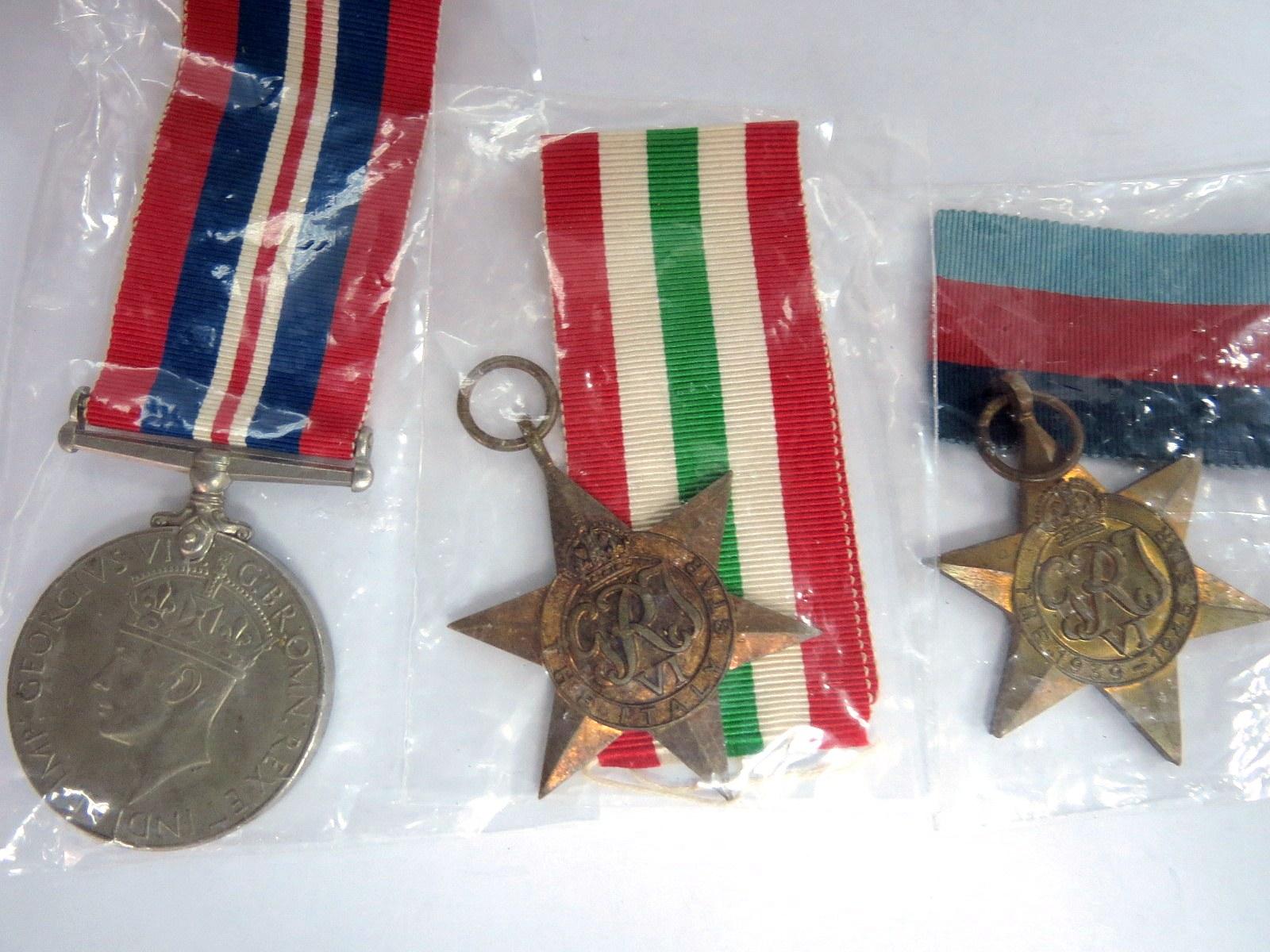 שלושה אותות צבא הוד מלכותה, bar וסיכת כומתה War Medal, Italy Star, 1939-1945 Star