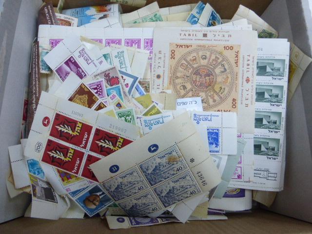 קופסה עם כ-1800 בולי ישראל עד 1985, חלודה, כתמים