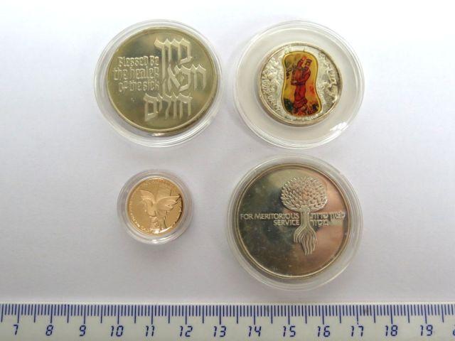 סט מטבעות-מדליות: שקל חדש זהב 900, 8.6 גרם, וכן שלוש מטבעות כסף: שרות מסור, דוד המלך, ברוך רופא חולים