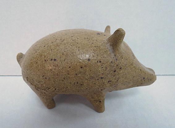 עבודת קרמיקה, אוקרינה צורת חזיר, חתום