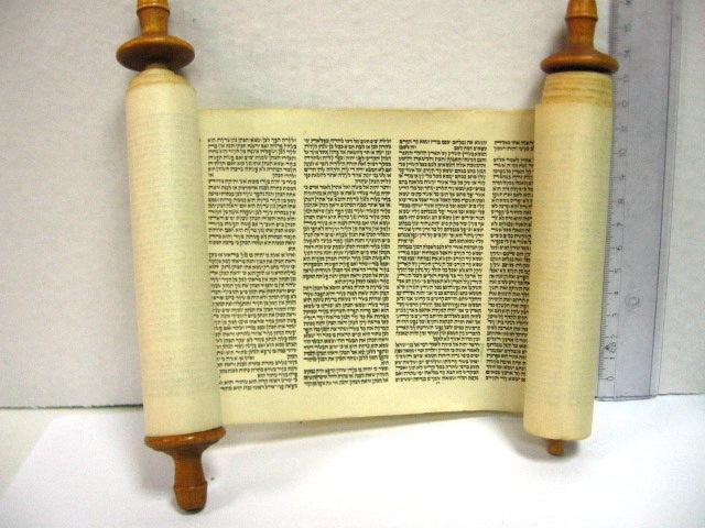 """ספר תורה מיניאטורי, מודפס ע""""ג נייר, גרמניה שנות ה-20, (עץ חיים אחד פגום)"""