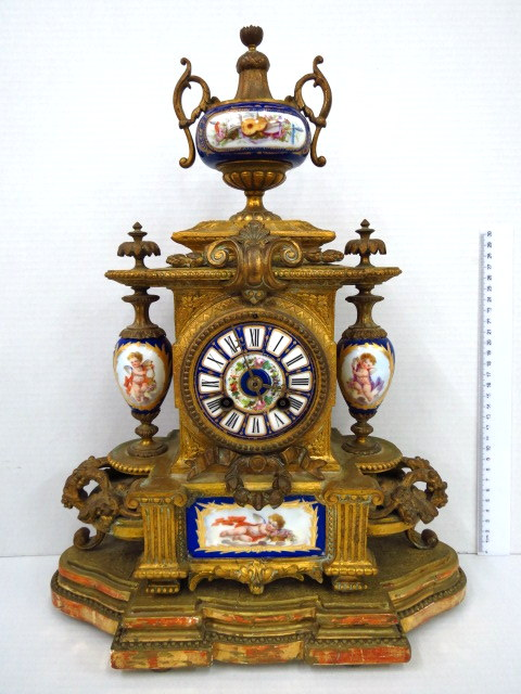 שעון צרפתי, הקופסה מברונזה מוזהבת עם שילוב פורצלן (לימוז'), על בסיס עץ מוזהב, צרפת, תחילת המאה ה19