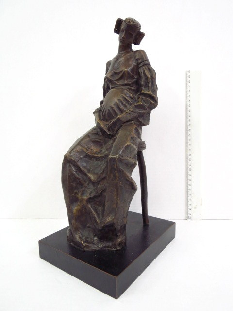 ברונזה, אישה הרה יושבת על כסא חתום