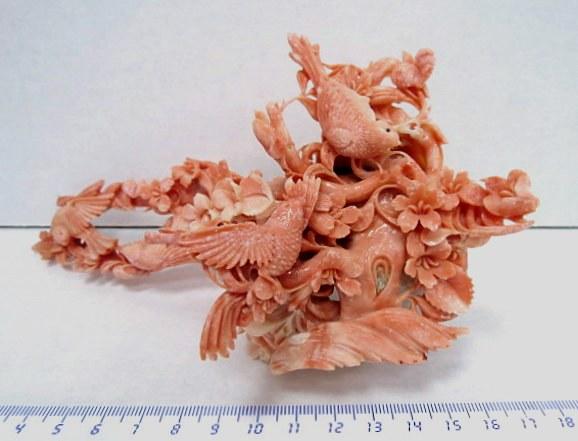 """עבודת גילוף קורל אדום טבעי, יד אומן, ציפורים על עץ עם פרחים, אורך 18 ס""""מ"""