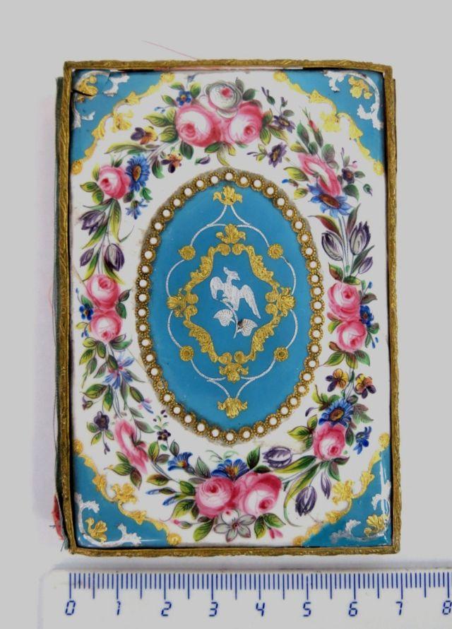 """מחזיק פנקס עתיק, עבודת אמייל צרפתית, ציורי ורדים, עם שיבוץ פנינים, 10X7 ס""""מ"""