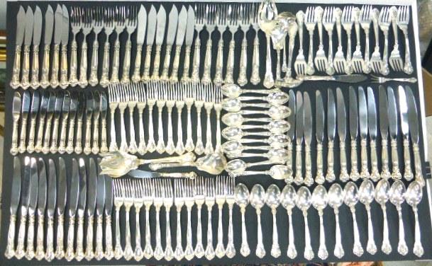 """סכו""""ם כסף 925 תוצ Gorham ל-12 איש הכולל: סכין, כף ומזלג גדולים (12), סכין, כף ומזלג בינונים (12), סכין ומזלג דגים (12), סכין פירות (12), כפית (12), ו-10 כלי הגשה, ס""""ה 4300 גרם נטו"""