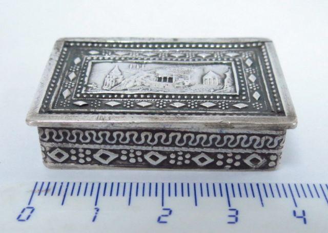 """קופסת טבק, כסף, עם תבליט מעל קברי הצדיקים, בצלאל, ירושלם, 40X25X10 מ""""מ, 21 גרם"""