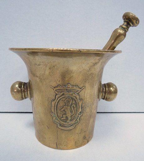 מכתש ועלי עתיקים, פליז עם סמל הרלדיקה
