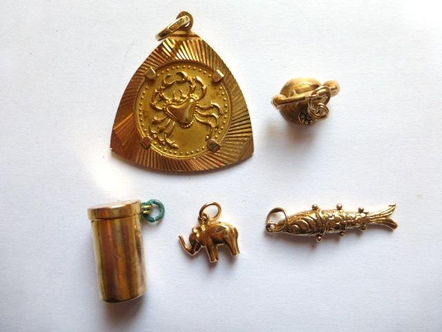 """חמישה תליוני זהב זהב 18K :סרטן, טלפון, ס""""ה 11.3 גרם, זהב 14K: קופסה, דג ופיל, ס""""ה 7.8 גרם"""