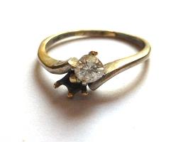 טבעת זהב לבן 18K, משובצת יהלום (מתוך שניים), כ-20 נק' (אבן אחת חסרה), 2.7 גרם