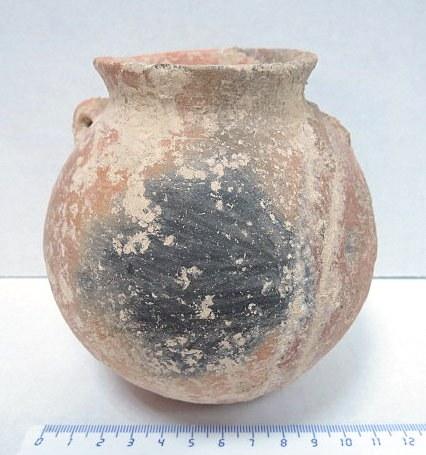 """כד חרס אדום, שתי ידיות אחת שבורה, חיפוי אדום, תקופת ברונזה התיכונה II שנים 2900 עד 2500 לפנה""""ס, גובה 11 ס""""מ"""