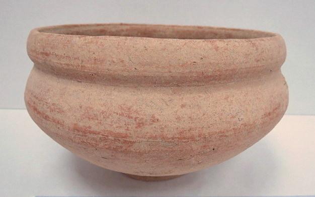 """קערת חרס, ברזל II 1000-586 לפנה""""ס, חיפוי אדום, קוטר 21.5, גובה 14.5 ס""""מ"""