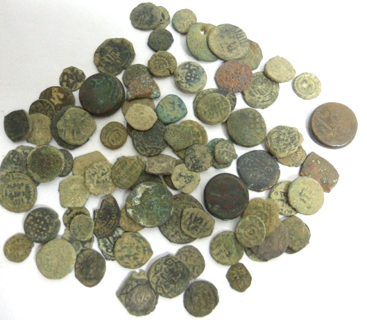 לוט 93 מטבעות ברונזה איסלמיות מאה שביעית עד מאה 19, ביניהן מספר מטבעות צלבניים והודו המוסלמית