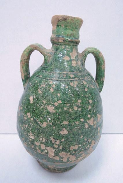 """כד חרס עם זיגוג ירוק, תקופה איסלמית מאוחרת, מאה 15 לספירה, זיגוג חלקי, פגיעה בזיגוג, גובה 18 ס""""מ"""