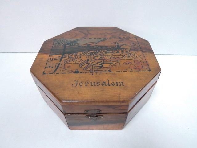 """קופסת עץ זית מתומנת עם תמונת ירושלים על המכסה, א""""י, שנות ה40, 18X18X6.5 ס""""מ"""