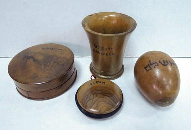ארבעה פריטי עץ זית ירושלמים כוס, ביצת תפירה, קופסה ותליון