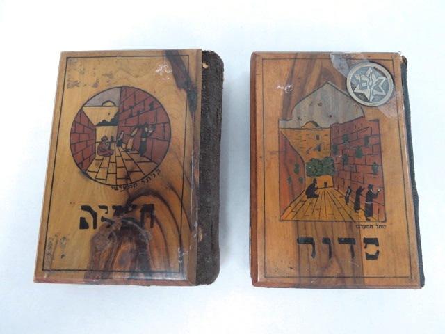"""שני סידורי תפילה, כ""""א עם כריכת עץ זית עליה ציור מראה הכותל, ארץ ישראל, שנות ה30"""