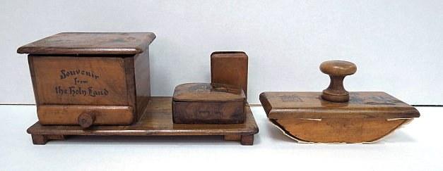 """שלושה פריטי עץ זית: מתקן סיגריות, מייבש דיו, וקופסה קטנה, כ""""א עם תמונת מגדל דוד על המכסה"""