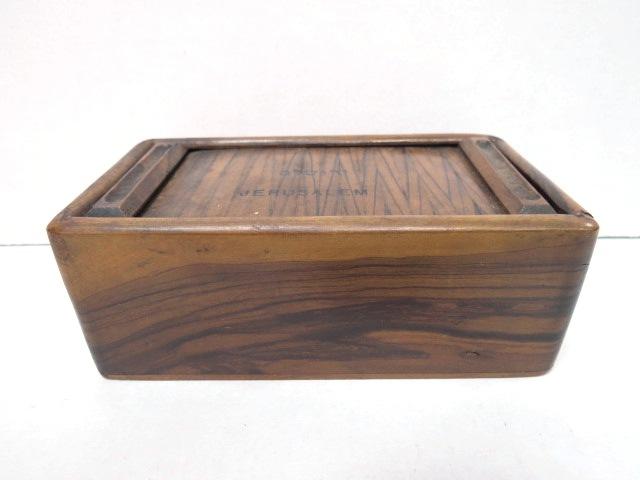 קופסת עץ זית, מכסה תריס וכיתוב ירושלם Jerusalem, שנות ה40, 13X7X5