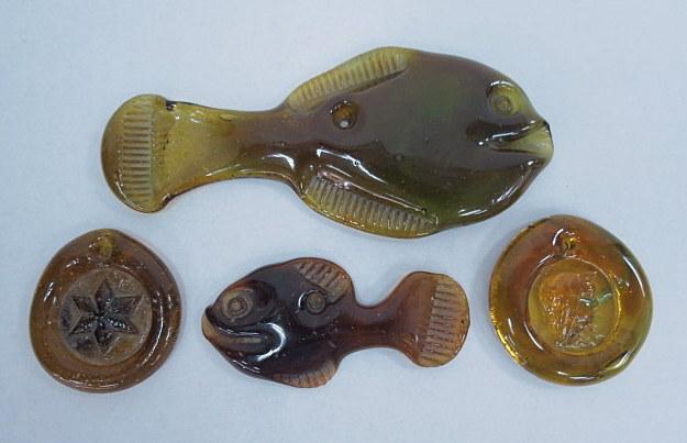 ארבעה תליוני זכוכית חברון חומה, 2 דגים, כוכב ודמות