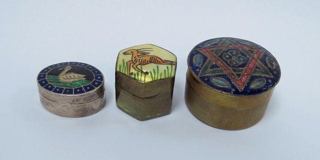 שלוש קופסאות טבק עם עבודות אמייל על המכסה