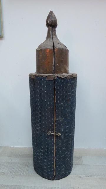 """תיק עץ לספר תורה, עם כיתוב הקדשה, צפון אפריקה, גובה חיצוני 101 ס""""מ, גובה פנימי 61 ס""""מ"""