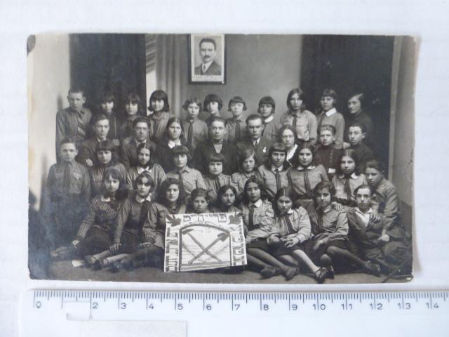 """צילום קבוצת נוער של הנוער העובד והלומד """"יידיש ארב. יוגנט"""", רובנו, רוסיה הלבנה, 1931"""