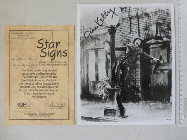 """צילום סטילס מתוך """"שיר אשיר בגשם"""" חתום ביד ע""""י השחקן, כולל תעודה של  חב' Star Signs, מידות 25.5X20"""