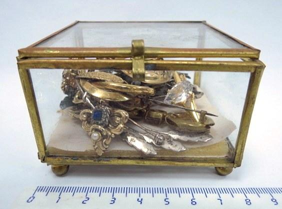 קופסת תכשיטים קטנה עם 15 סיכות וחותם