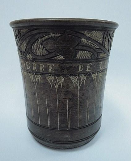 """כוס עשויה """"אבן ים המלח"""" עם כיתוב חרוט """"Pierre de la Mer Morte"""""""