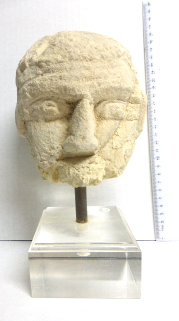 חלק מראש פסל צלבני אבן גיר, עם תוספות והשלמות חומר