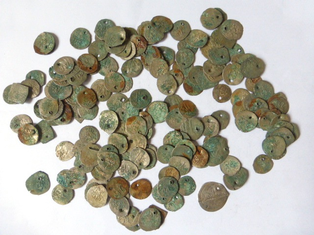 """לוט מטבעות כסף ערביות צלבניות ועוד, מפירוק כובע כלה ערבית, סה""""כ כ-170 גרם"""