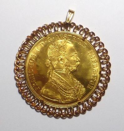"""תליון זהב משובץ במטבע זהב 21K, אוסטריה ע""""ס 4 דוקטים, 14 גרם, עם מסגרת של כ-6.5 גרם"""