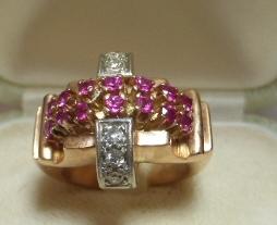 טבעת זהב 14K, דוגמת רטרו שנות ה20, משובצת ב-14 רובינים וששה יהלומים