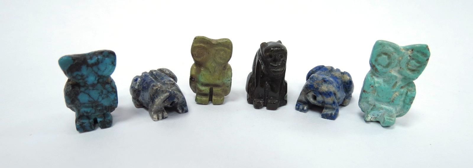 שש עבודות גילוף מאבני חן שונות מיניאטורות, שלושה ינשופים, שני צפרדעים וקוף