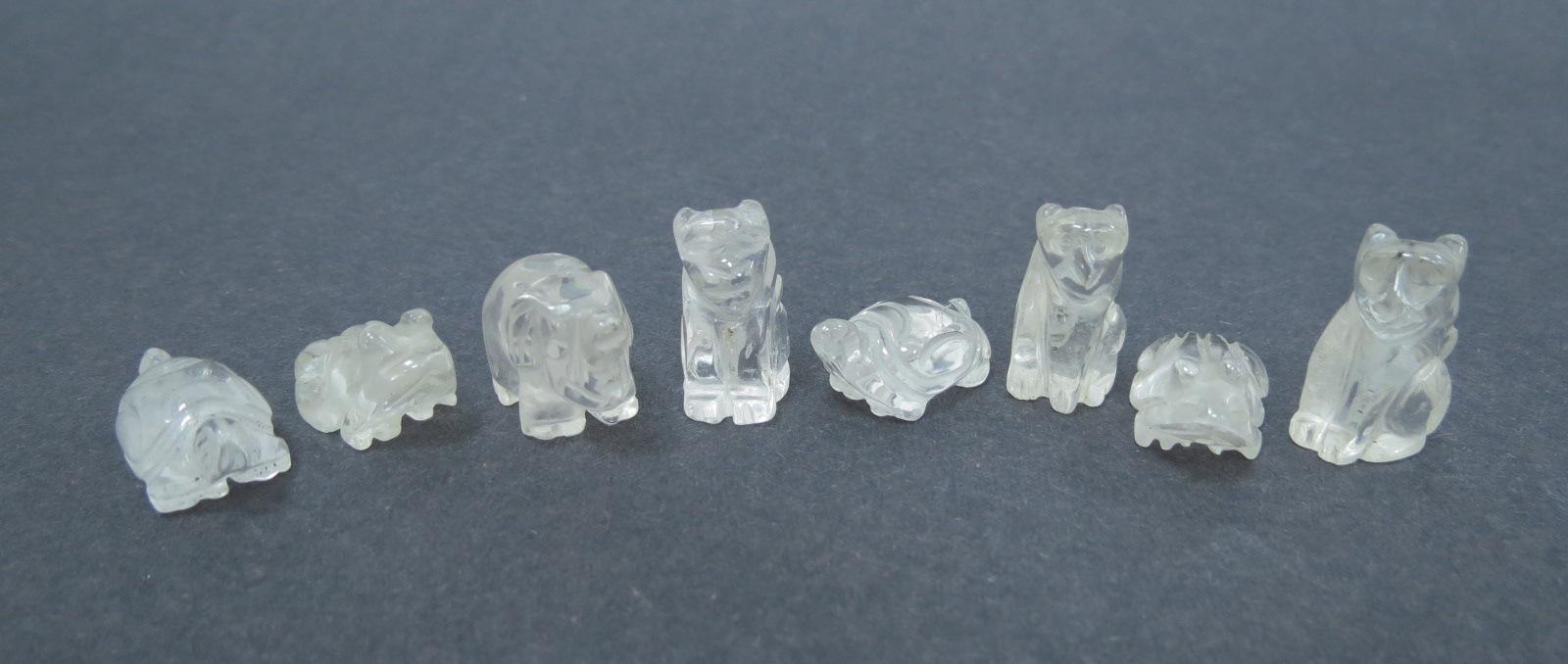 שמונה עבודות גילוף קרסיטל הרים: שני צבים, שני צפרדעים, שני קופים , חתול ופיל
