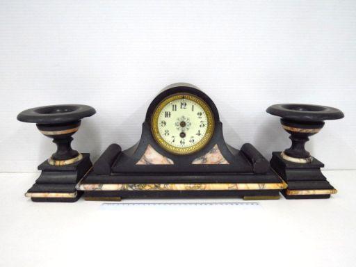 שעון מדף מנגנון מטוטלת צרפתי חסרים מטוטלת ומחוגים, הקופסה שיש ואוניקס שחור, עם זוג פמוטים תואמים (פגמים)