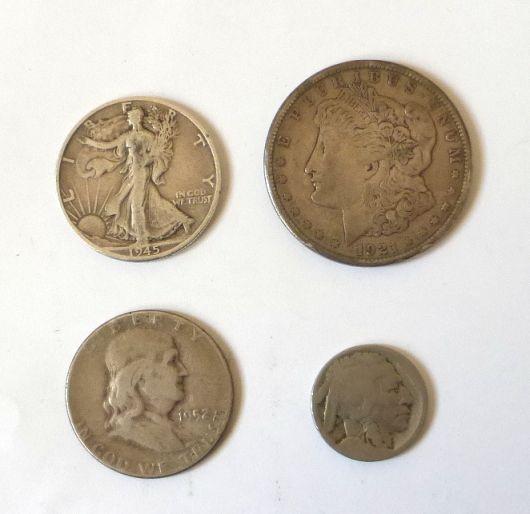 """ארבע מטבעות כסף, ארה""""ב דולר אחד Morgan, שנת 1921, מצב Fine, שתי מטבעות חצי דולר 1945, 1952, מצב VG, מטבע 5 סנט שחוק"""