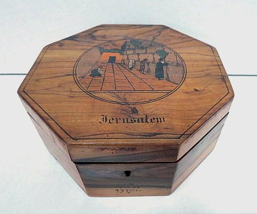 """קופסת עץ זית מתומנת עם כיתוב Jerusalem, ותמונת הכותל המערבי על המכסה, א""""י, שנות ה20"""